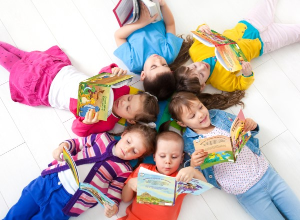 enfant lisant livre personnalisé