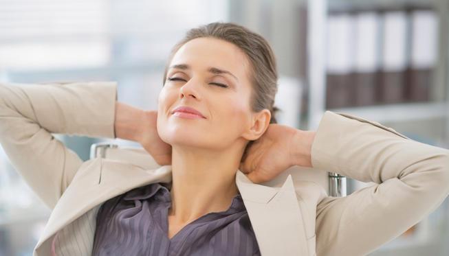 femme détendue au travail