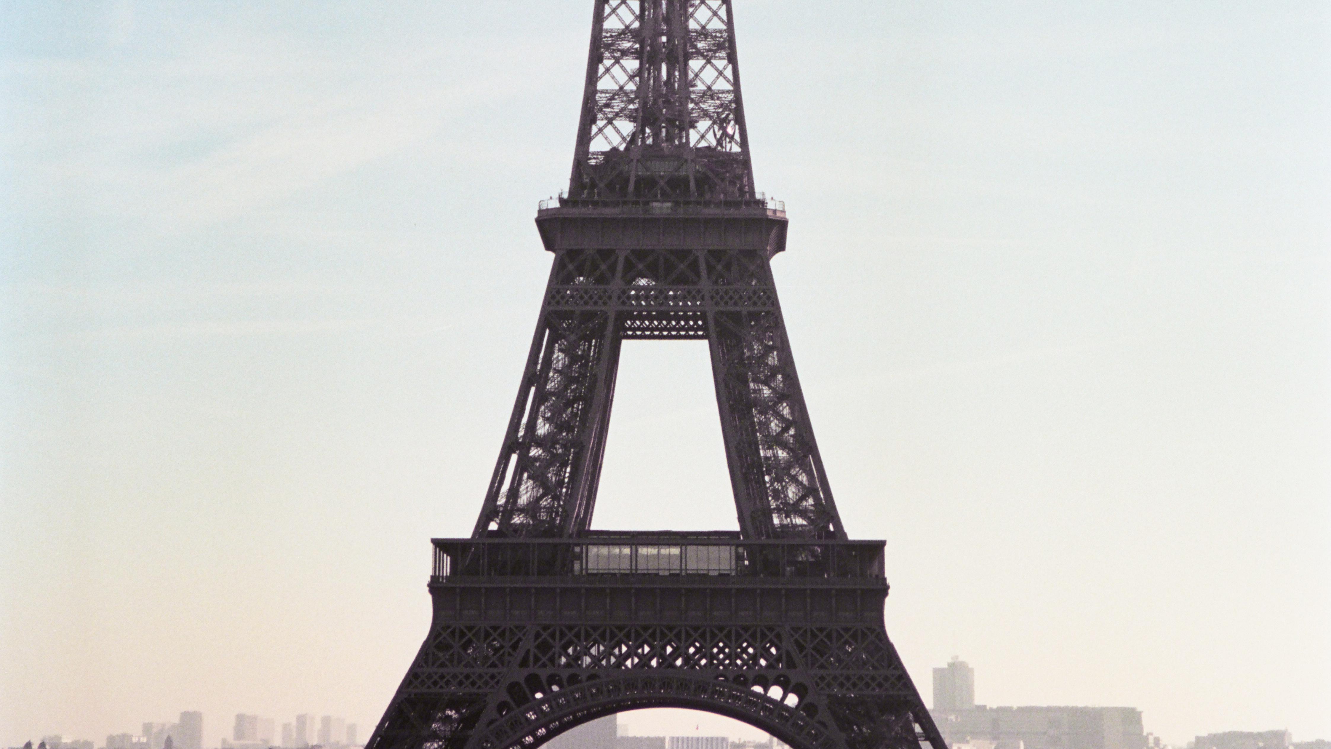 La nouvelle bague R4 PARIS s inspire des structures Eiffel de la capitale  pour redessiner l architecture de votre main. Disponible en 8 matières à  partir de ... 7ada9b0c15f2