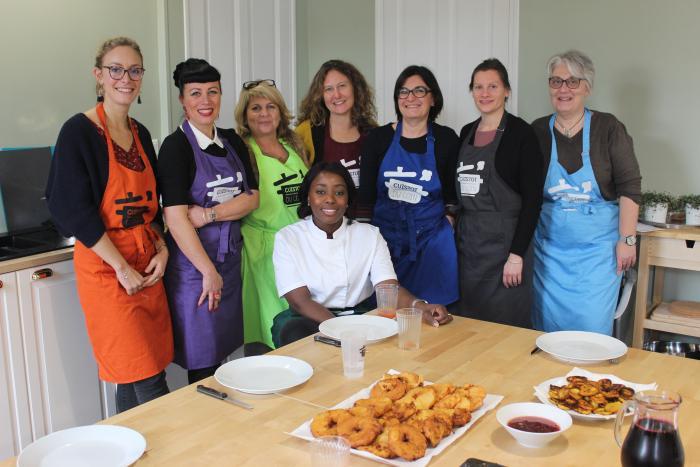 L'équipe prête à manger les préparations Antillaises de l'atelier