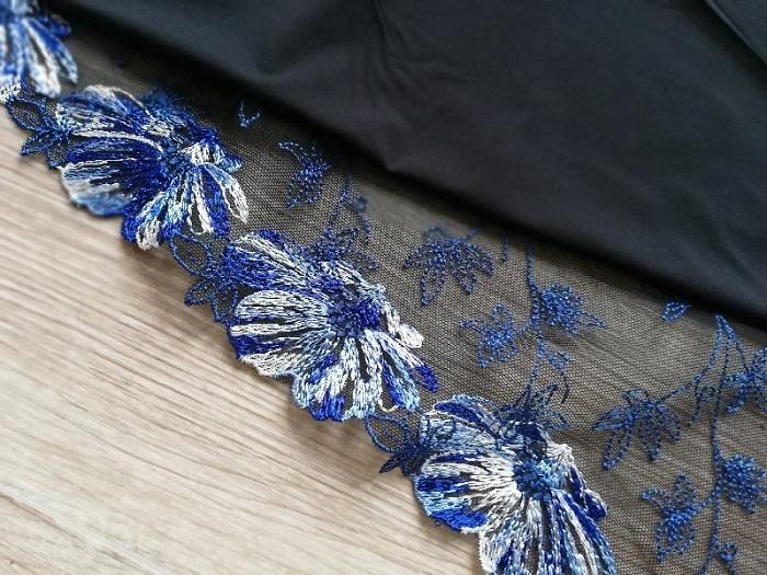 magnolia-de-perse-broderie-fleurs-bleues-sur-noir-avec-microfibre-noire_7_1