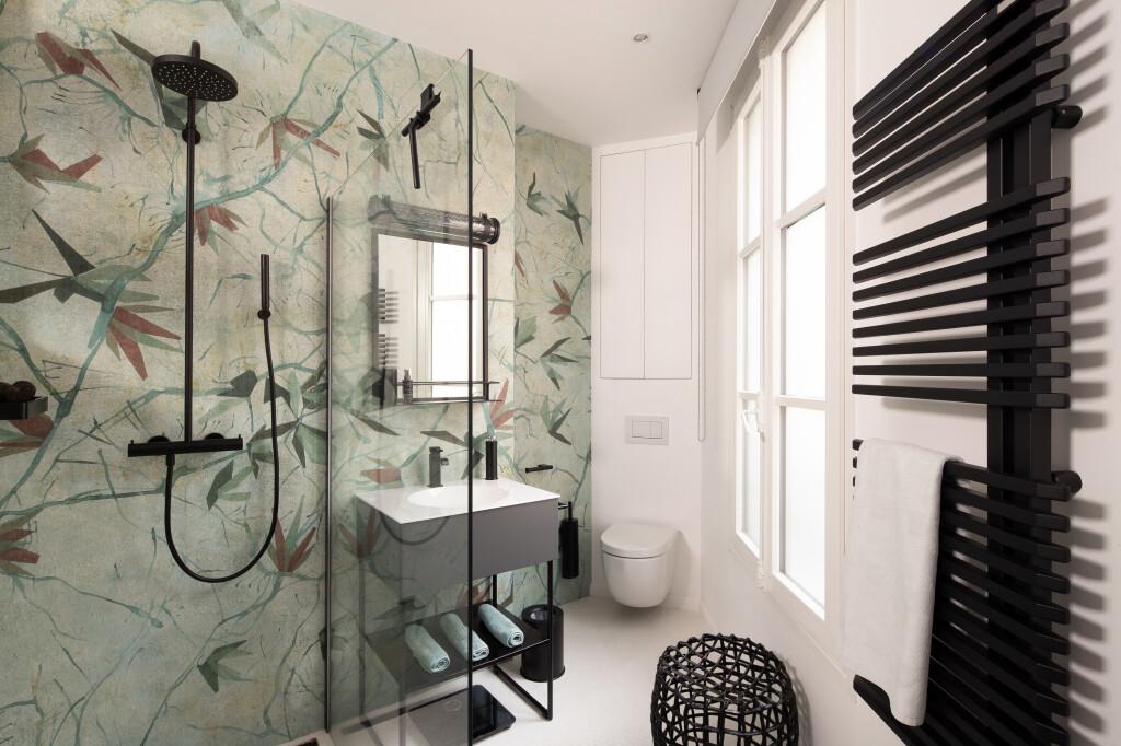 Une salle de bain végétale et graphique dans un appartement familial