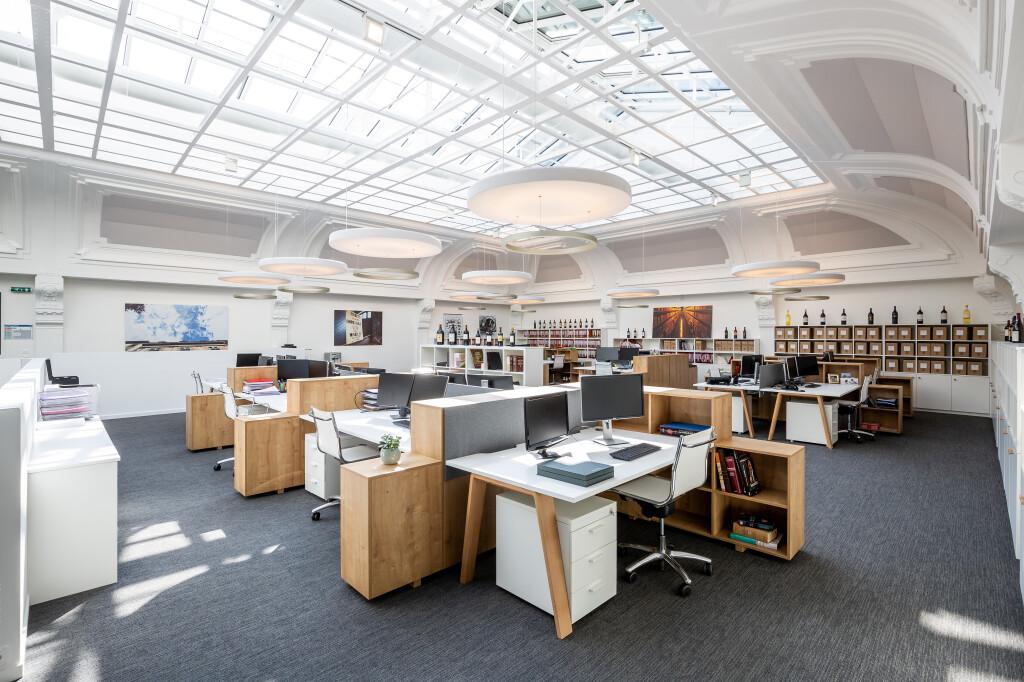 Ambiance studieuse et épurée pour les collaborateurs de Maison Descaves à Bordeaux: Un open space lumineux de 500m2