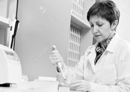 16220536-scientifique-avec-compte-gouttes-au-laboratoire-Banque-dimages-2