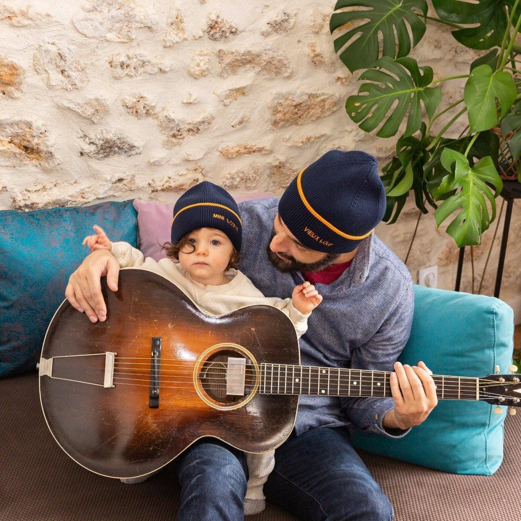 bonnet-chamaye-duo-parent-enfant-broderie-vieux-loup-idee-cadeau-original-papa-maman-bebe_1024x1024